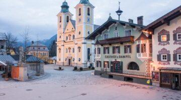 Hauptplatz der Marktgemeinde St. Johann in Tirol im Morgenlicht. Foto CC 3.0 by Fura, Wikimedia