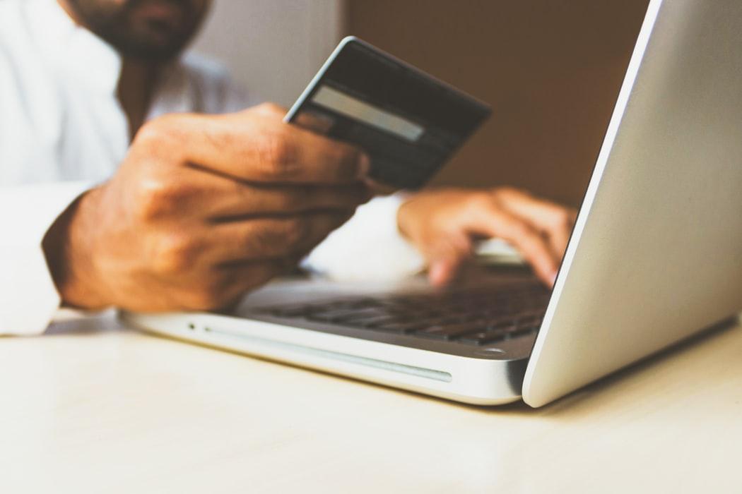 Trotz zahlreicher Optionen wählen die meisten Schweizer derzeit immer noch die Zahlung per Kreditkarte oder auf Rechnung.